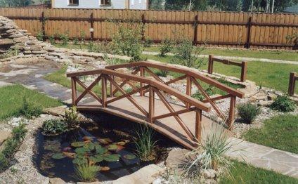 Горбатый мостик через пруд